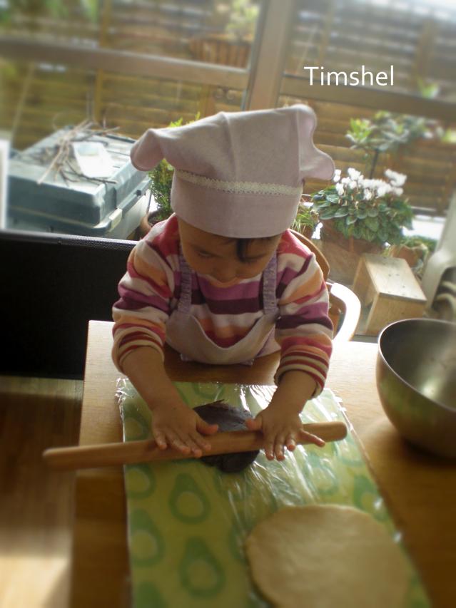 クッキーを作る幼稚園児